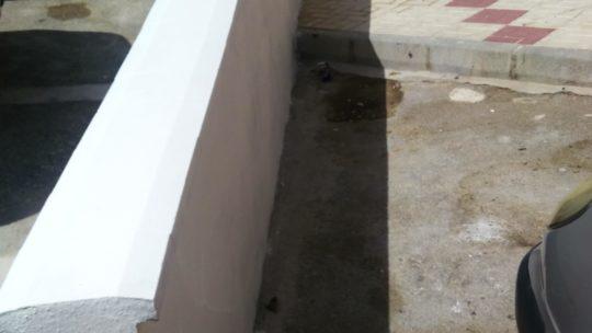 Aplicación de pintura de un perímetro extenso murete remodelado calle el Saxofón