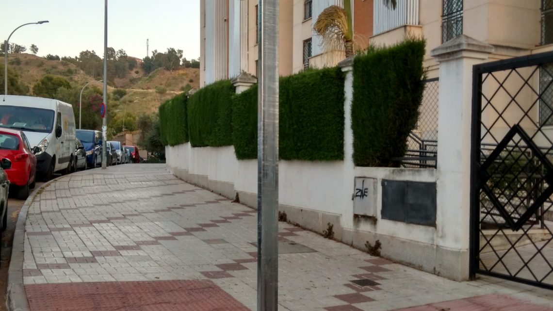 Colocación señal vertical de paso de peatones derribado en calle Llobregat