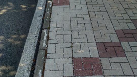 Desbroce de la vegetación de forma salvaje e incontrolada sobre la acera en calle Llobregat solicitado por Asociación de Vecinos Pablo Picasso Jardìn de Màlaga