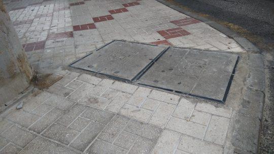Nivelación de las tapas de arquetas y registros para enrasarlo en la misma cota del pavimento CL EL SAXOFÓN solicitado por Asociación de Vecinos Pablo Picasso Jardìn de Màlaga #JardìndeMàlaga