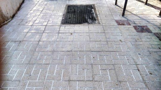 Reposición de tramo de baldosas y tapa de arqueta en CL Alcalde Joaquín Quiles solicitado por Asociación de Vecinos Pablo Picasso Jardìn de Màlaga