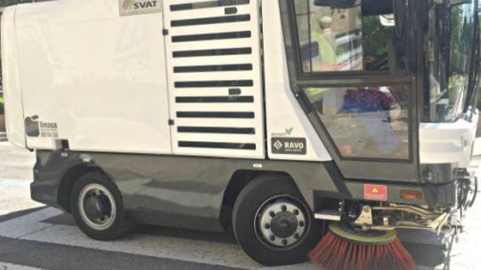 Esta mañana, el servicio de limpieza, realiza tareas de barrido de calzada en itinerario Jardín de Málaga