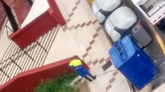 Servicio de limpieza, realiza tareas de desinfección itinerario Jardín de Málaga