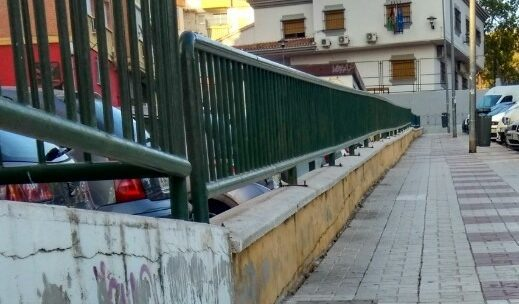 Desbroce manual con espátula, crecimiento de la vegetación de forma salvaje e incontrolada sobre la acera calle Llobregat solicitado Asociación de Vecinos Pablo Picasso Jardìn de Màlaga
