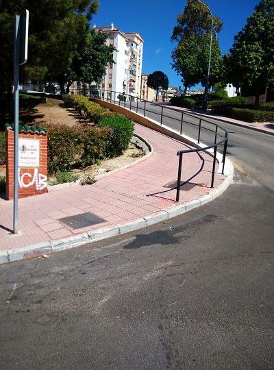 Colocación de barandilla derribado por vehículo. Reposición de murete y baldosas  Calle Jerez Perchet Solicitado Asociación de Vecinos Pablo Picasso Jardìn de Màlaga