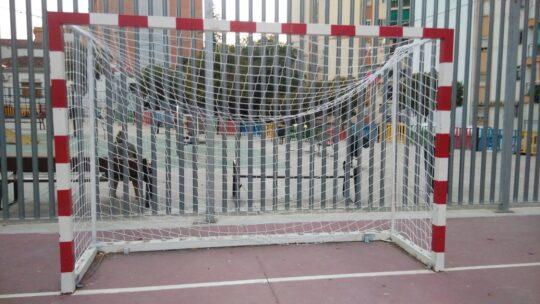 Reposición de 4 redes de baloncesto 2 redes de fútbol pista deportiva Alcalde Joaquín Quiles. Solicitado Asociación de Vecinos Pablo Picasso Jardìn de Màlaga