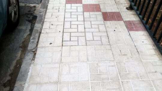 Baldeo proyectar agua a presión contra los residuos depositados e incrustados sobre la superficie viaria Calle Alcalde Joaquín Quiles nº19