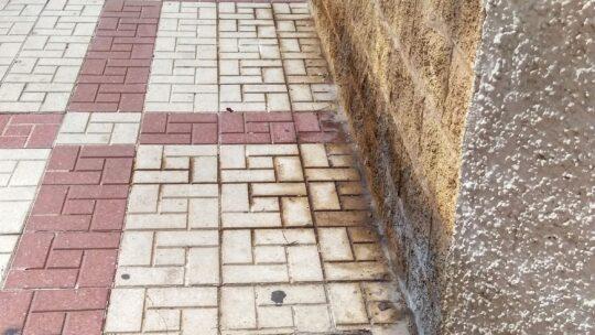 Solicitado Baldeo proyectar agua a presión contra los residuos depositados e incrustados sobre la superficie viaria para arrastrar los charcos de pipìs sobre la acera Calle Alcalde Joaquín Quiles ,25